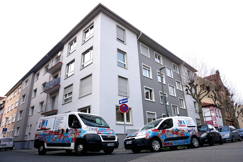 Weises Haus mit den DK Maler Autos